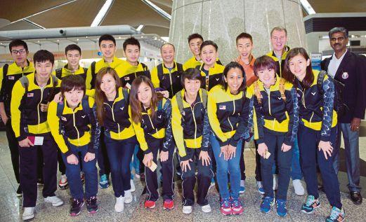 CHONG Wei (dua dari kanan belakang) bersama skuad badminton negara sebelum berlepas ke Dongguan, China untuk Kejohanan Piala Sudirman.