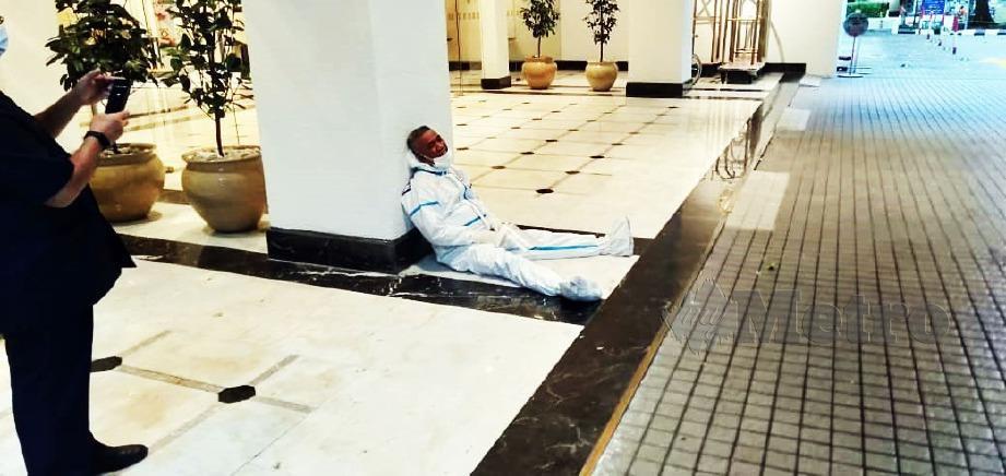 PETUGAS barisan hadapan membabitkan kakitangan KKM dan APM yang kepenatan tertidur di lantai hotel apabila perlu bertugas hingga ke Subuh.
