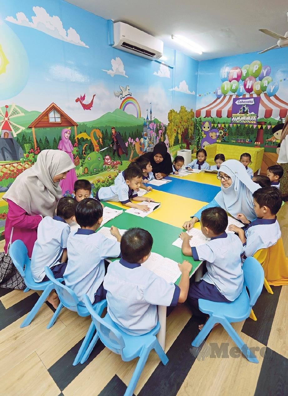 KANAK-KANAK mengunakan teknik kaedah membaca Cahayaku, di Intergrated Preschool As Siddiq Cyberjaya. FOTO: Rosela Ismail.