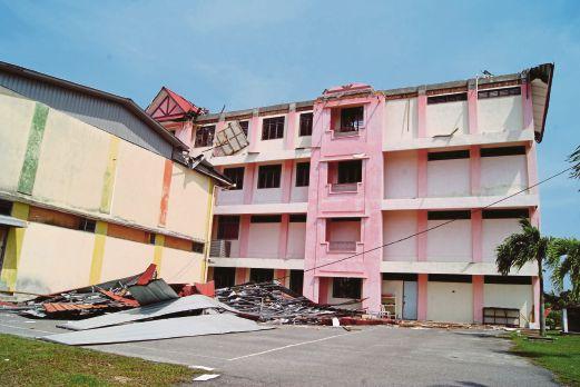 BUMBUNG Sekolah Kebangsaan Senawang yang rosak teruk selepas diterbangkan ribut.
