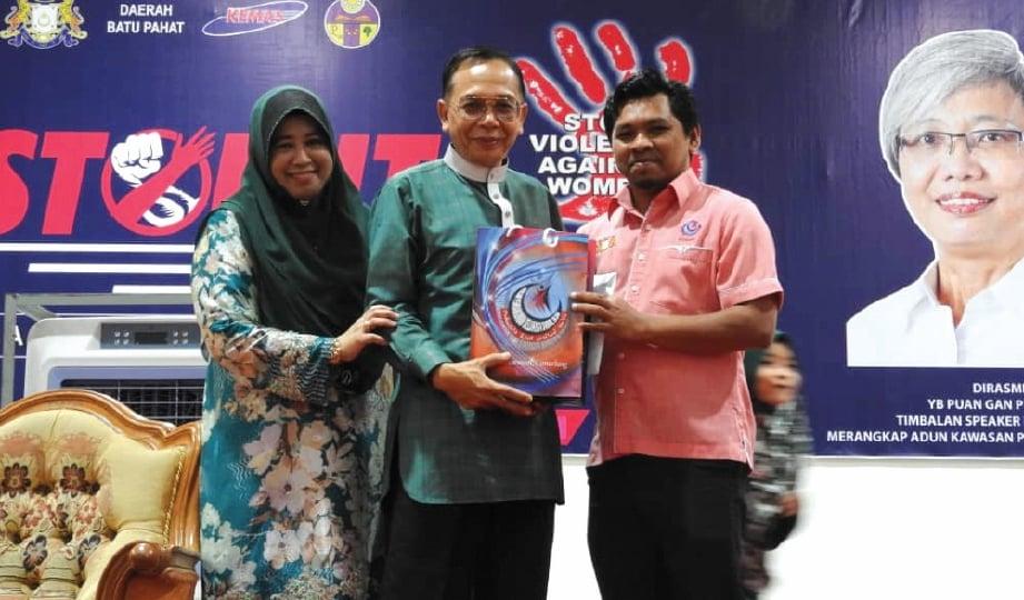 PENCERAMAH terkenal, Datuk Siti Nor Bahyah Mahamood dan suami, Wan Akashah Wan Abdul Hamid (tengah) turut memberi sokongan.