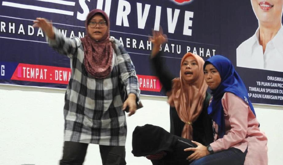DEMONSTRASI mempertahankan diri oleh Skuad Aman Wanita Polis Diraja Malaysia.