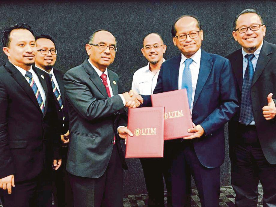 DR  Wahid (tiga dari kiri) bersama wakil IJN,  Dr Mohd Azhari Yakub (dua dari kanan) selepas menandatangani  MoA.