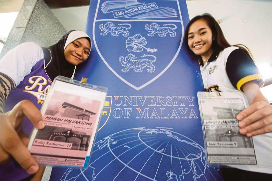 Pemain bola jaring kebangsaan, Nur Aina Aishah A Azmi (kiri) danMiss World Malaysia 2018, Larissa Ping Liew turut mendaftar di Universiti Malaya.