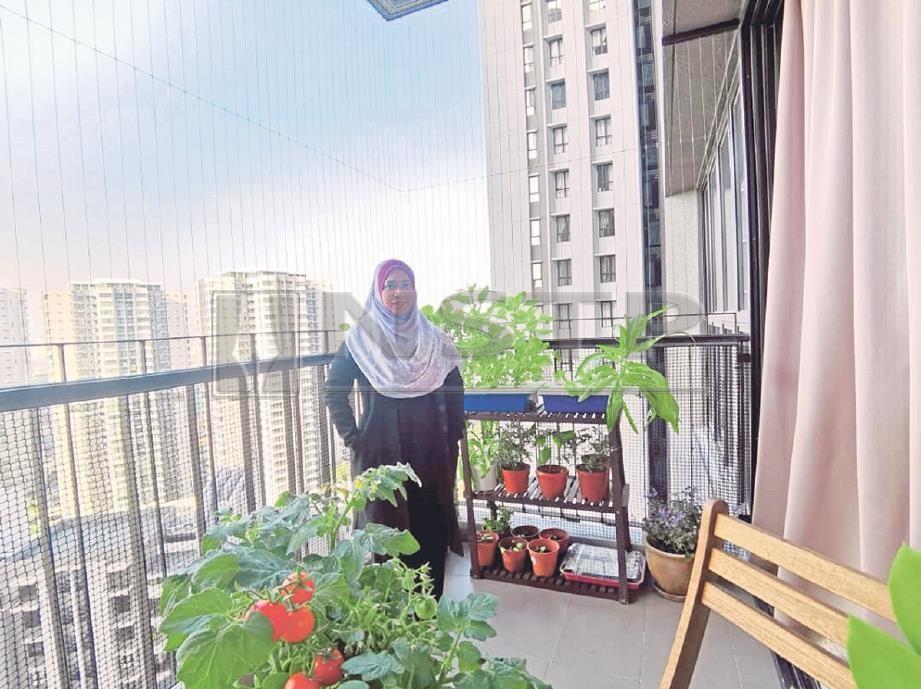 MAZREENA di laman kebun balkoni miliknya. -Foto NSTP