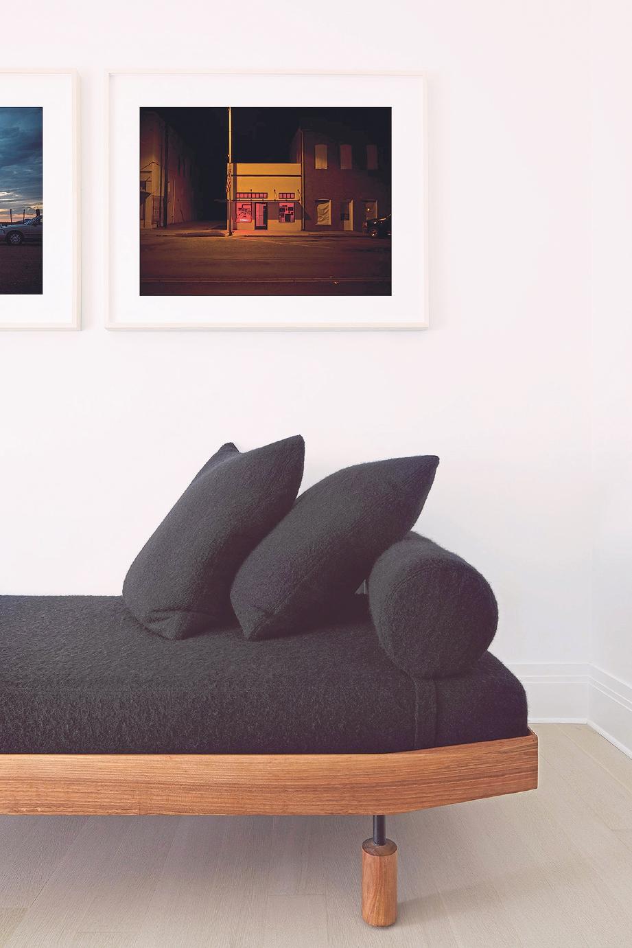TEMPAT istirahat dilengkapi kerusi vintaj kayu walnut dengan kusyen hitam.