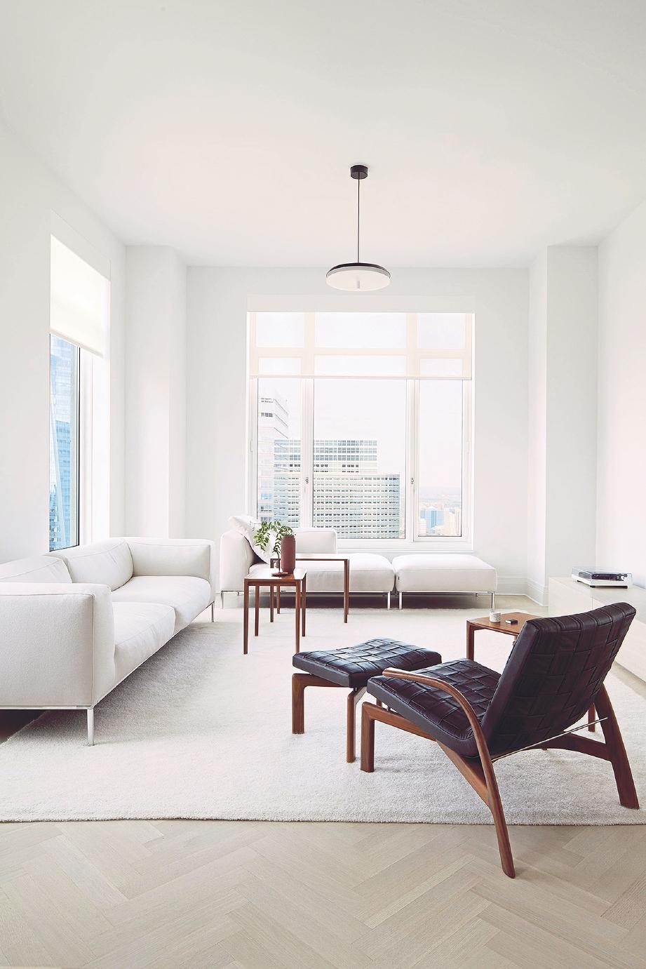 APARTMEN mewah menggunakan perabot berjenama dan palet monokrom.