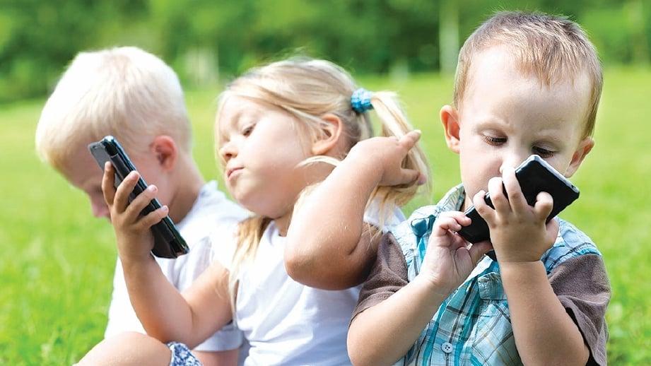 ANAK-anak masa kini lebih didedahkan kepada peranti berbanding bermain dengan rakan sebaya.