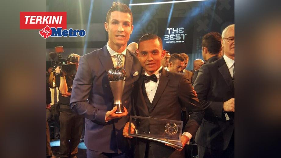 MOHD Faiz (kanan) bersama Ronaldo pada majlis anugerah.