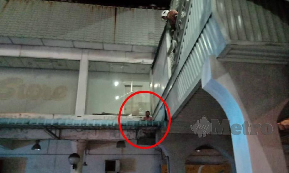BOMBA membantu membawa turun kanak-kanak yang terperangkap di atas bumbung kompleks membeli-belah di Kuantan, selepas cuba meyelamatkan anak kucing. FOTO Ihsan Bomba
