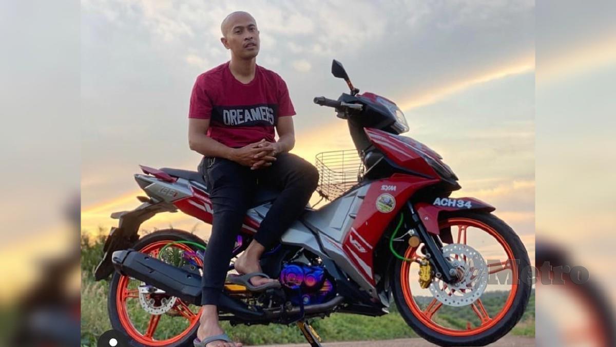 Achey bersama salah satu motosikal miliknya.