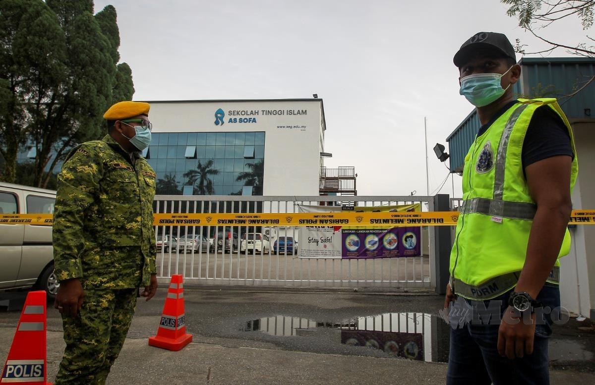 Beberapa anggota pasukan keselamatan berkawal di hadapan Sekolah Tinggi Islam As Sofa di Kawasan Perindustrian Senawang berikutan seramai 33 pelajar Sekolah Tinggi Islam As Sofa dipercayai positif koronavirus (Covid-19). FOTO AZRUL EDHAM MOHD AMINUDDIN