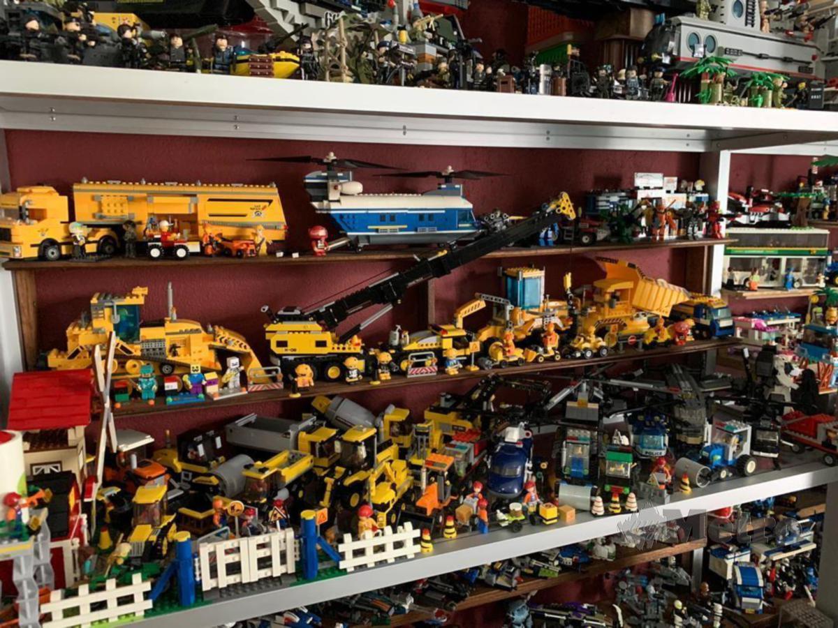 Antara pelbagai koleksi mainan milik Ab Karim yang terpaksa dijual untuk menampung kos rawatan kanser usus besar yang dihidapinya. FOTO ESSA ABU YAMIN