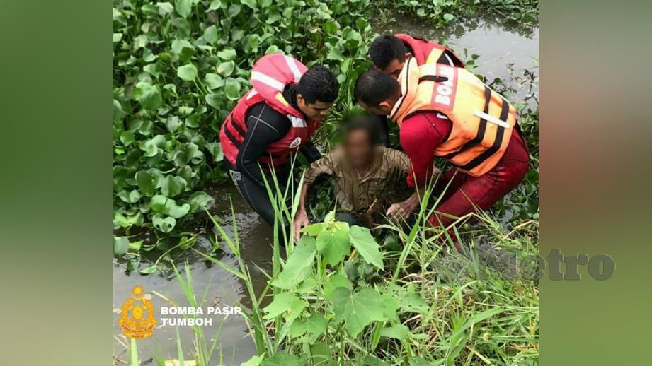 ANGGOTA bomba menyelamatkan lelaki yang terjun dari jambatan di Sungai Pasir Hor. FOTO ihsan Bomba
