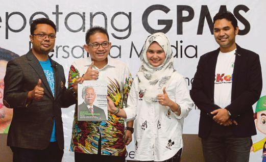 IRMOHIZAM (dua dari kiri)  menyampaikan majalah Suara GPMS kepada  Rafidah Ibrahim sebagai ahli yang mewakili artis.