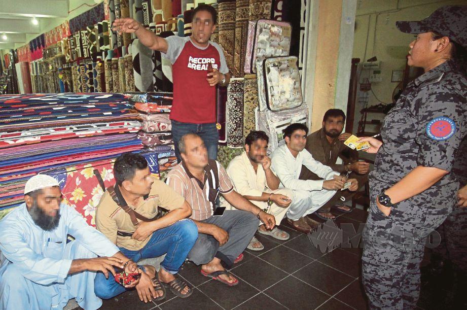 OPERASI terhadap premis yang dikesan dimiliki warga Pakistan di Bandar Baru Ayer Hitam.