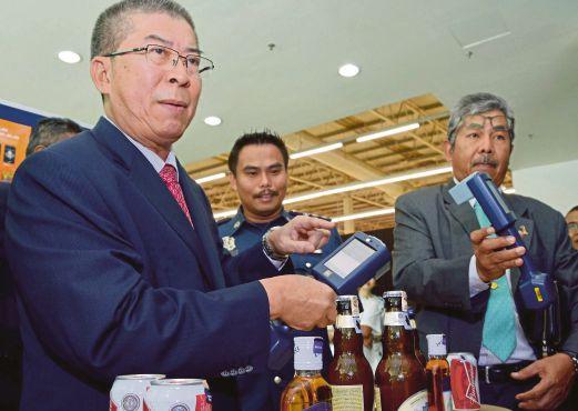 MATRANG menunjukkan alat Sicpa Mobile 45 untuk mengesan minuman keras seludup yang ditampal setem cukai palsu.