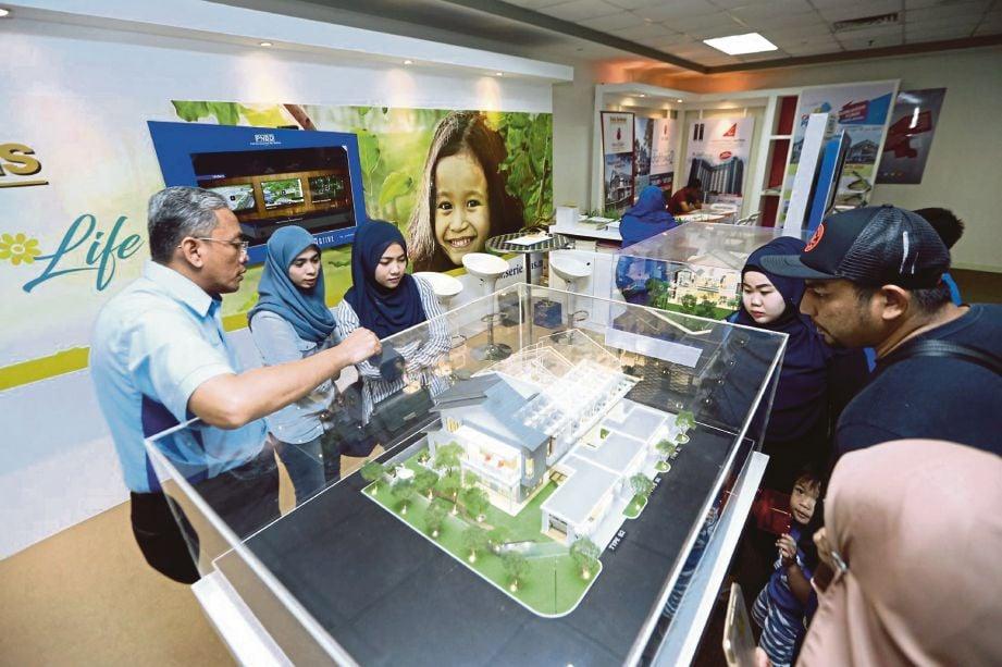 Pengunjung yang hadir pada pameran Hartanah MyRumah di Balai Berita NSTP, semalam.