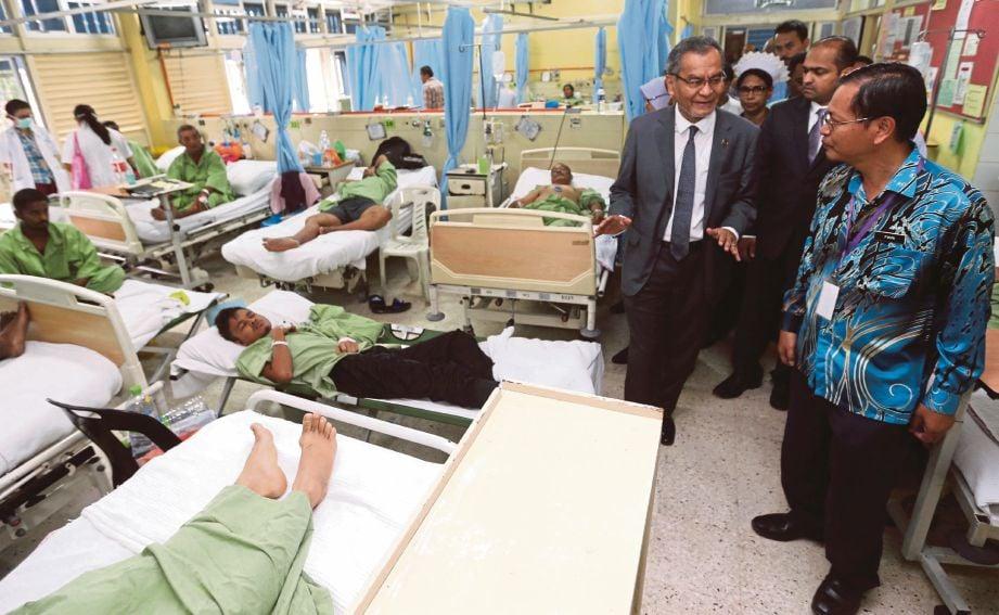 DR Dzulkefly melihat keadaan katil pesakit yang penuh ketika melakukan lawatan mengejut di Hospital Kajang.