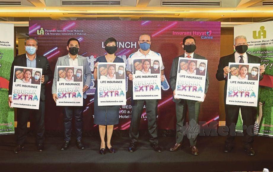 LOH (tiga dari kiri), Rangam (dua dari kanan),  Ramzi  (empat dari kiri) dan O'Dell (kanan) pada Pelancaran #BUKANEXTRA, semalam.