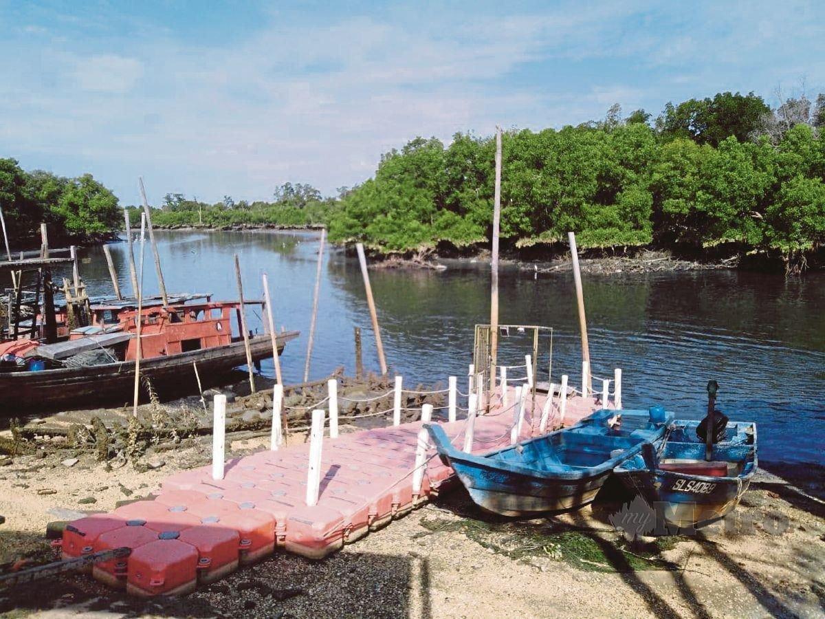 SUNGAI di Kampung Bagan Sungai Buloh, Jeram dipercayai tercemar hingga airnya bertukar kehitaman dan berbau busuk. FOTO Amirul Aiman Hamsuddin