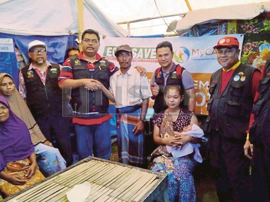 MAS Imran (tiga dari kiri) bersama sukarelawan dan mangsa gempa bumi di Mataram, Lombok.