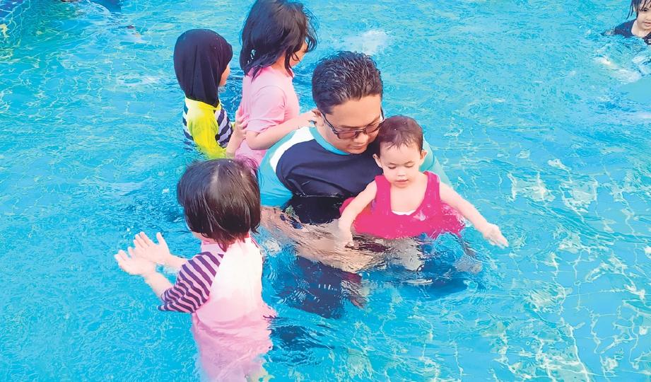 MEMBAWA anak mandi kolam bagi mengubat kesedihan mereka.