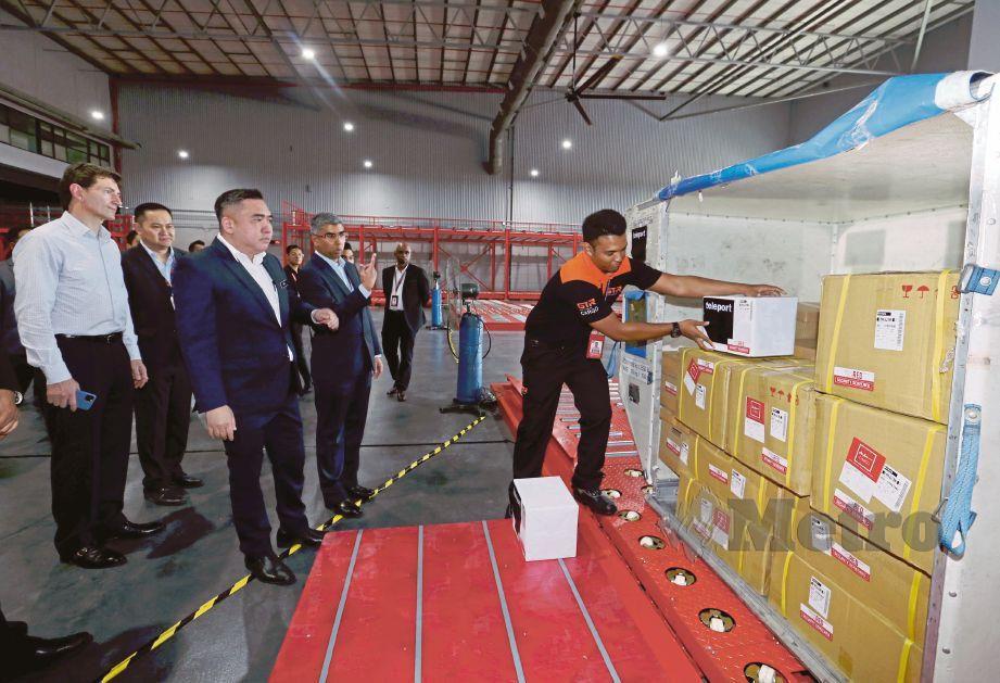 LOKE  (tiga dari kiri) meninjau operasi penghantaran barang di Terminal 1 Kargo KLIA (LCCT), semalam.
