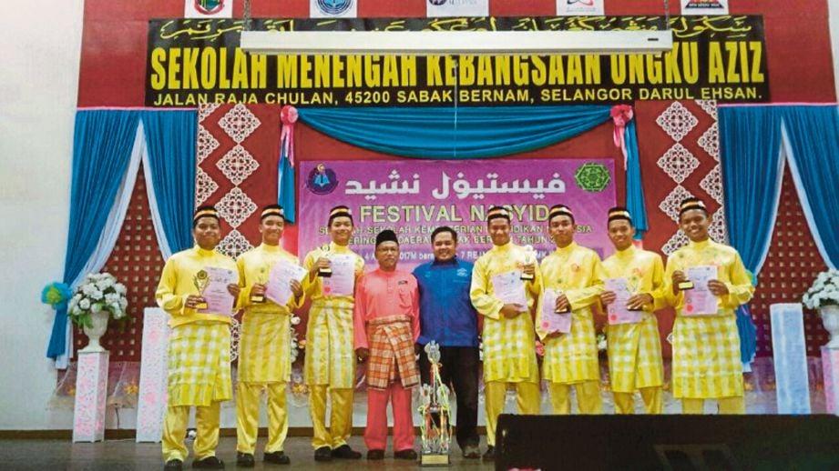 KUMPULAN Mustaqim bersama guru selepas menjuarai Festival Nasyid Sekolah-sekolah Daerah Sabak Bernam.