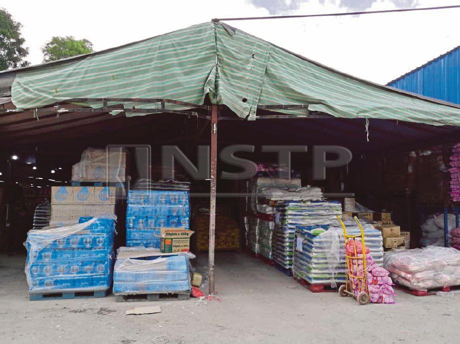 SEBANYAK 574 kampit beras menggunakan jenama popular tempatan ditemui dalam premis berkenaan.