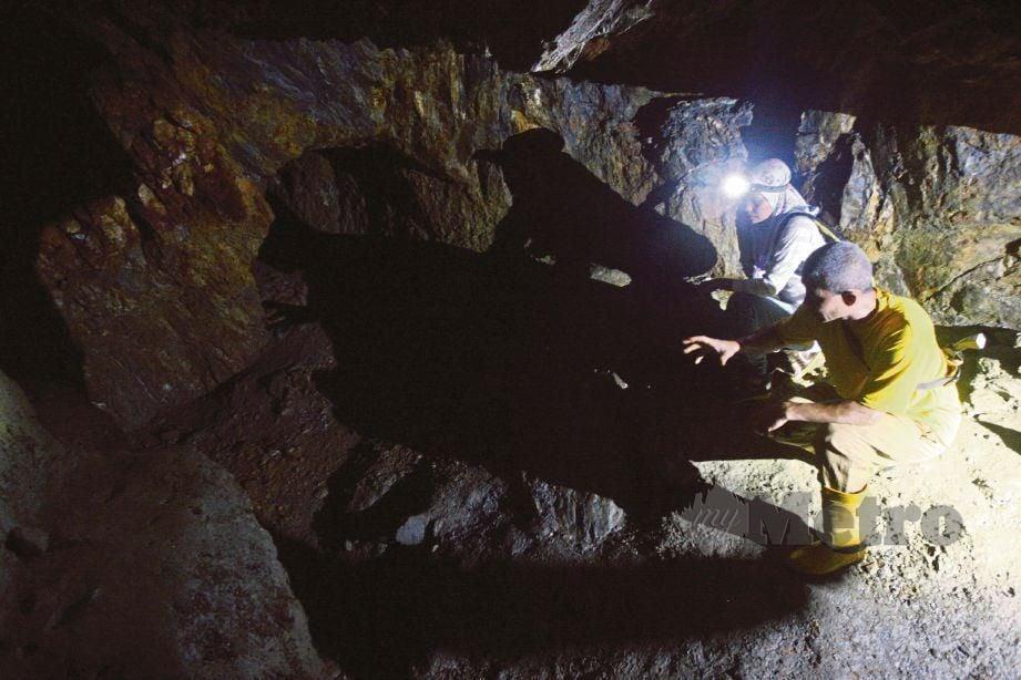 KEADAAN terowong yang gelap dan mempunyai aliran air.