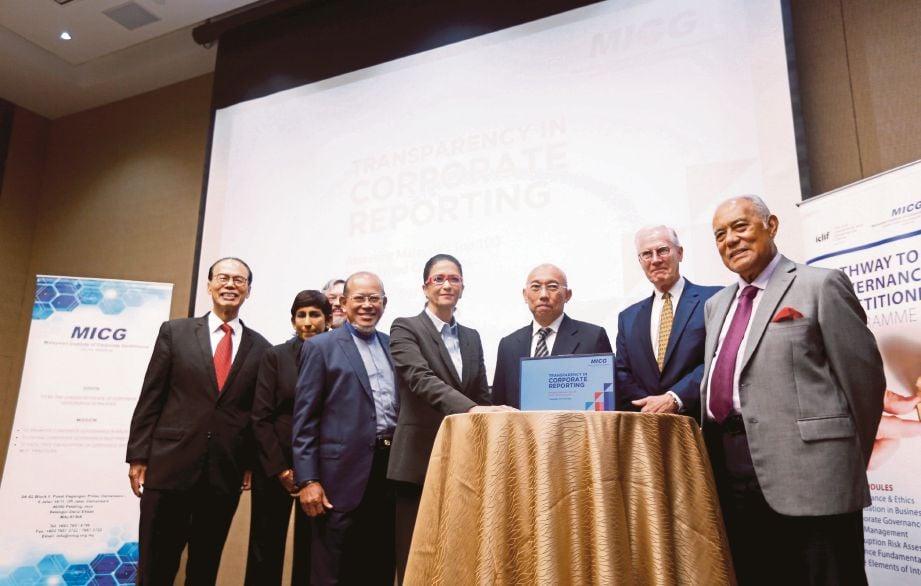 SHIREEN (tengah) melancarkan TRAC 2019 bersama Yusli (tiga dari kiri), semalam.