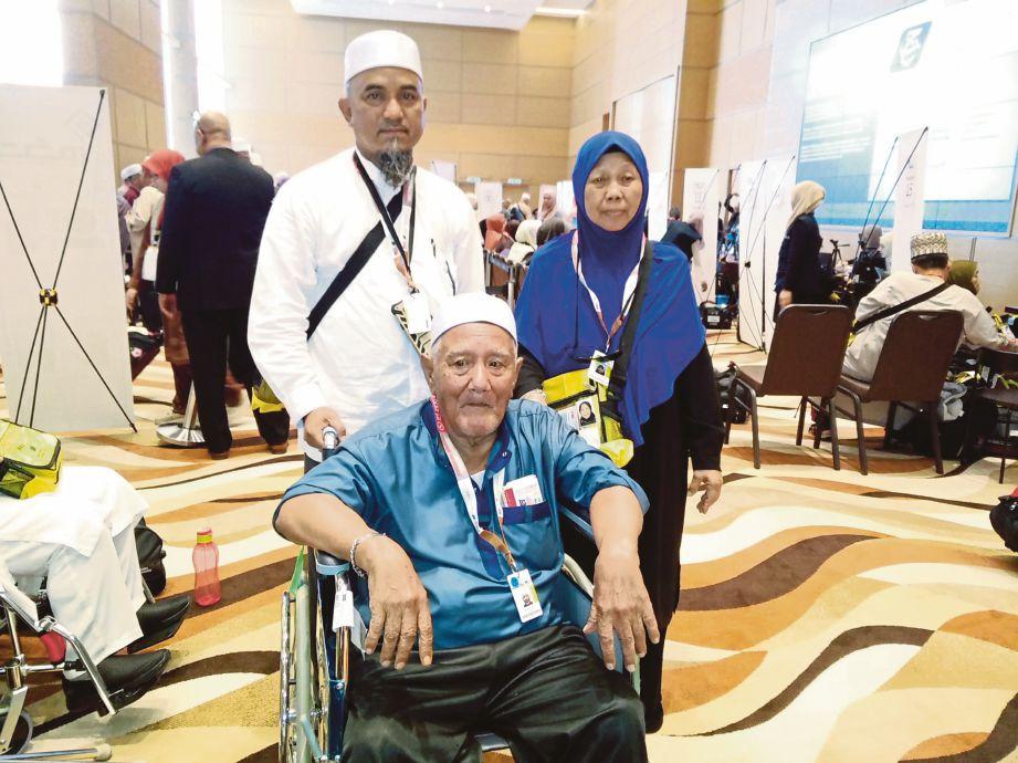 ANUAR (tengah) bersama Jariah dan Shamsuddin.