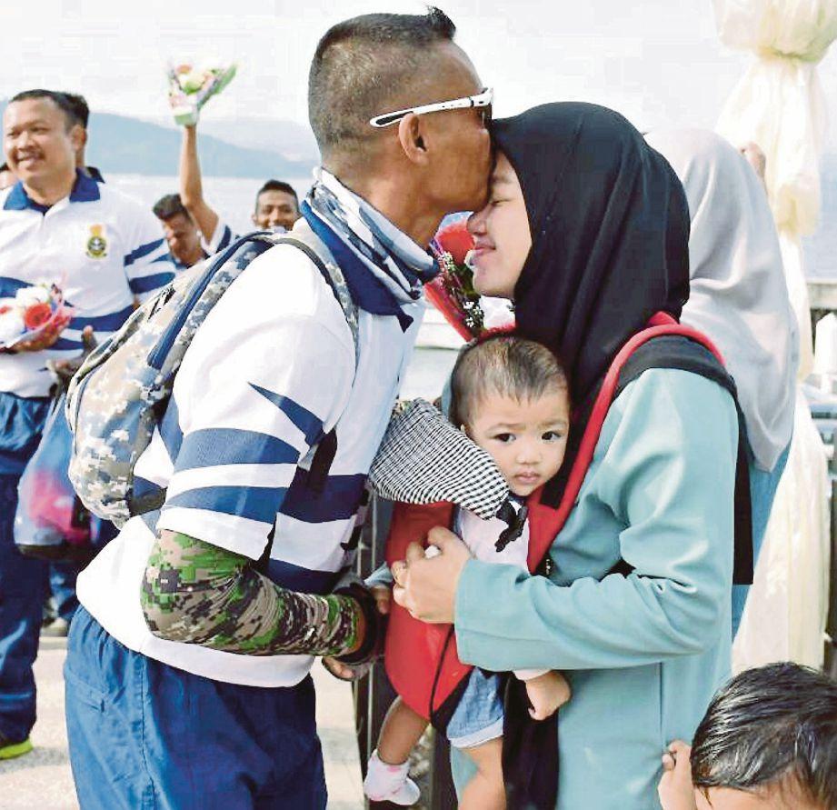 KRU Utarid TLDM disambut ahli keluarga di Teluk Sepanggar, semalam.