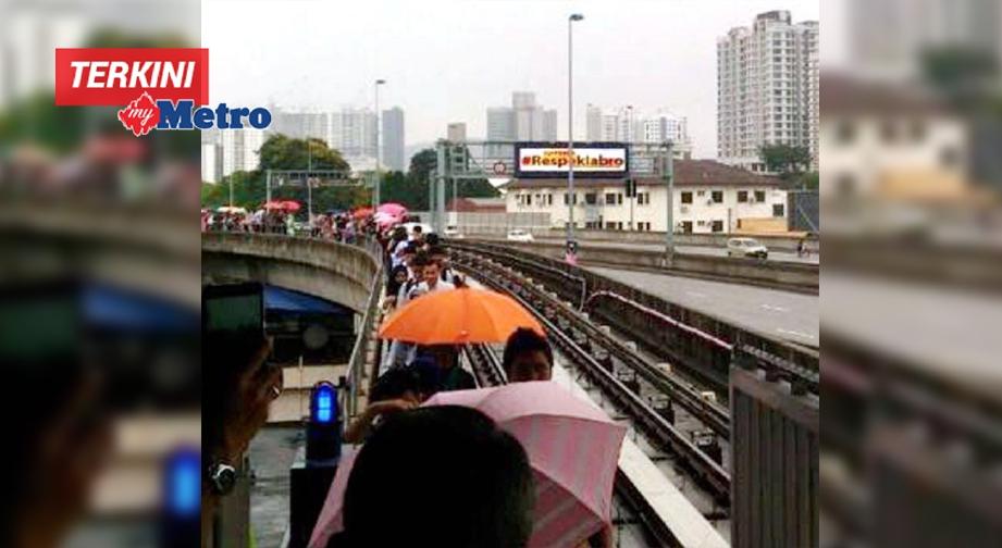 ORANG ramai terpaksa keluar dari tren sebelum dipindahkan akibat servis tergendala. FOTO NSTP/ihsan pembaca