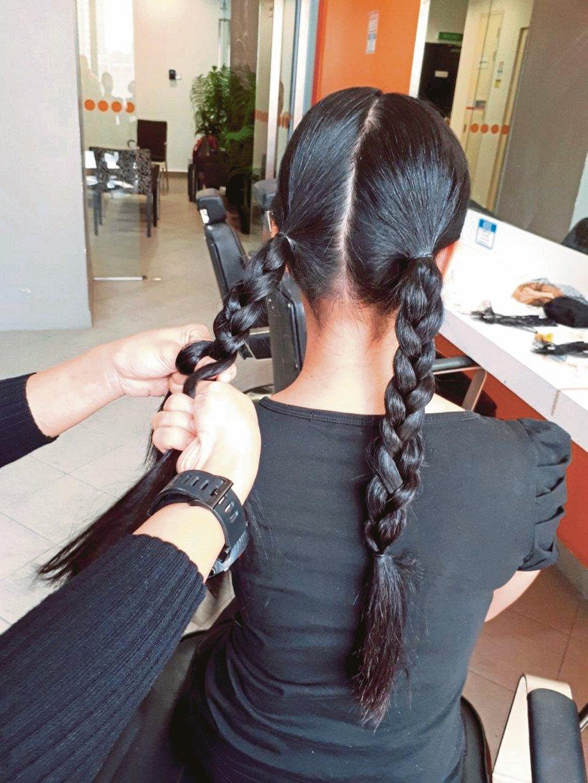 ULANG langkah kedua pada bahagian rambut kiri.