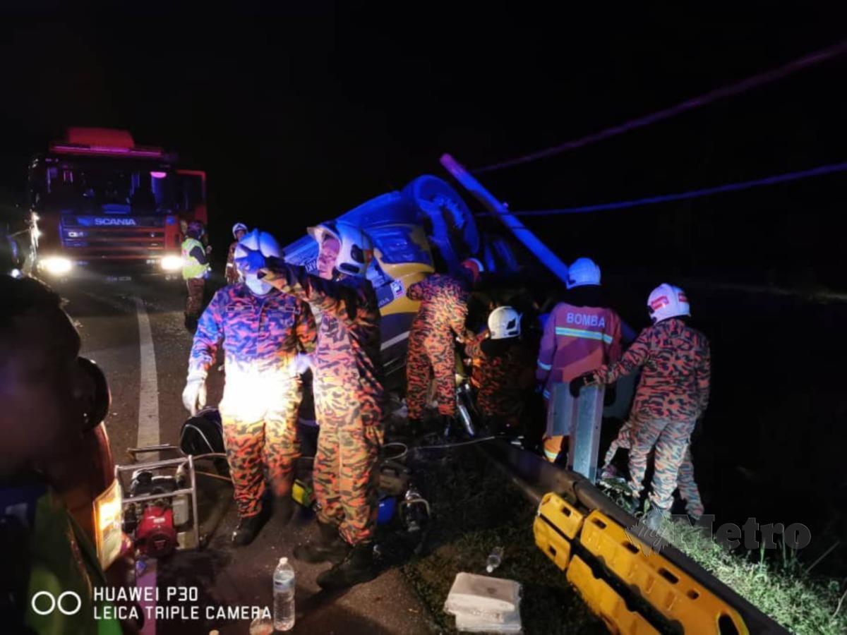 Tiga maut termasuk dua orang kanak dalam kemalangan jalan raya membabitkan treler yang terbabas di Jalan Lama Kota Bharu malam tadi. FOTO IHSAN BOMBA