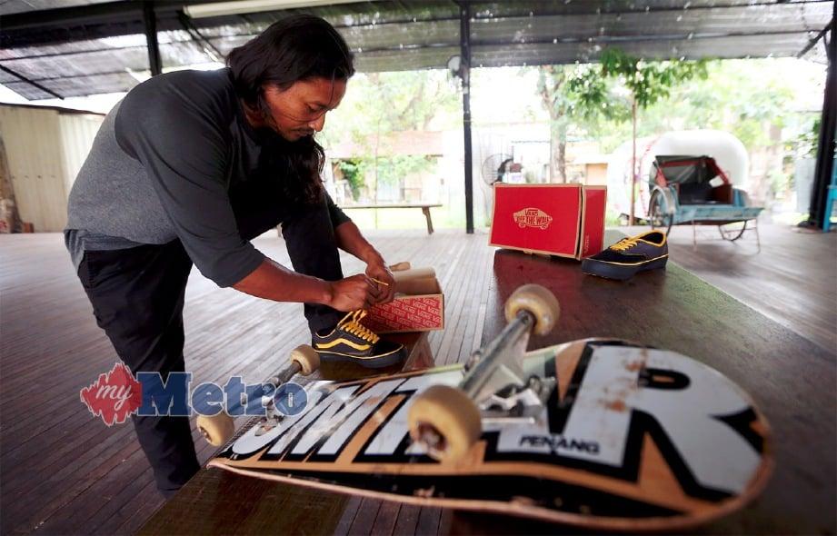 PA'DIN Musa menunjukkan kasut signature colorway profesional keluaran Vans. FOTO Mikail Ong