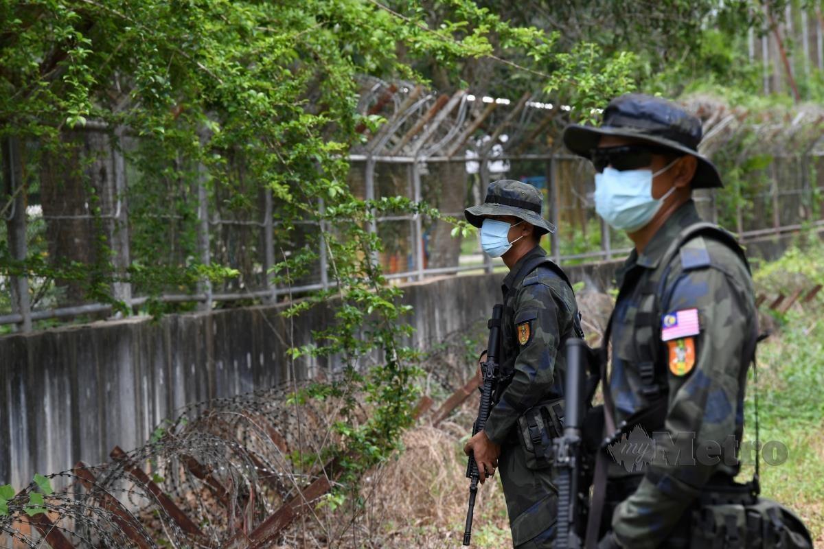 Anggota Batalion 2, Pasukan Gerakan Am (PGA) Kulim menjaga pagar sempadan Malaysia-Thailand dekat Padang Besar. FOTO BERNAMA