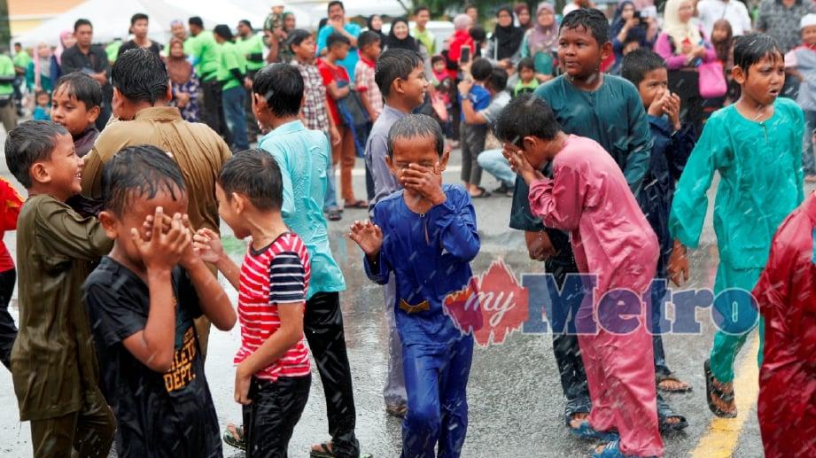 ANTARA gelagat sebahagian 40 kanak-kanak yang menyertai Majlis Berkhatan anjuran Hospital Pakar KPJ Pulau Pinang di Masjid Bandar Perda, Bukit Mertajam, Pulau Pinang. FOTO Amir Irsyad Omar