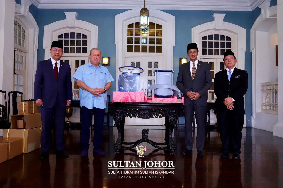 SULTAN Ibrahim  (dua kiri) berkenan mengurniakan 42 ventilator bagi kegunaan hospital di Johor. FOTO Facebook The Royal Johor