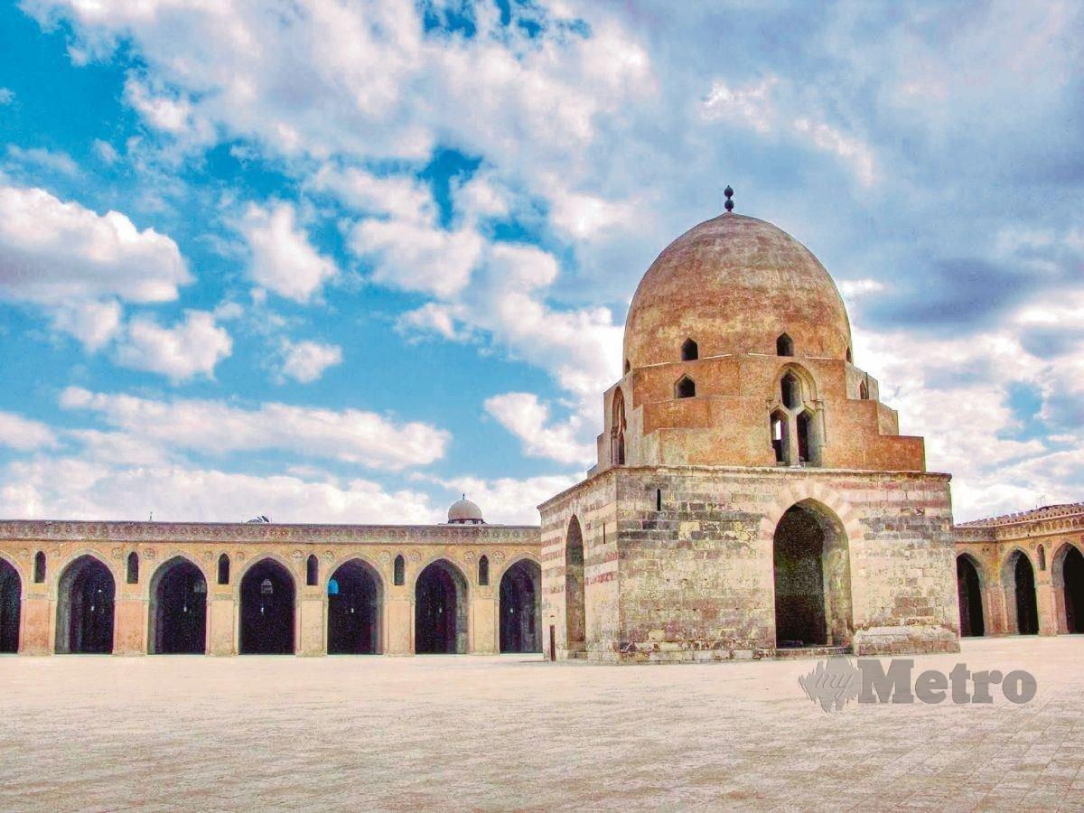MASJID Ibn Tulun di Kaherah antara masjid tertua di Mesir. Mesir antara negara yang dijelajahi Ibnu Majah dalam pengembaraan menuntut ilmu.