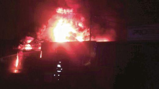 KEBAKARAN  memusnahkan kilang tayar dan  komponen elektrik di Selayang pagi semalam.