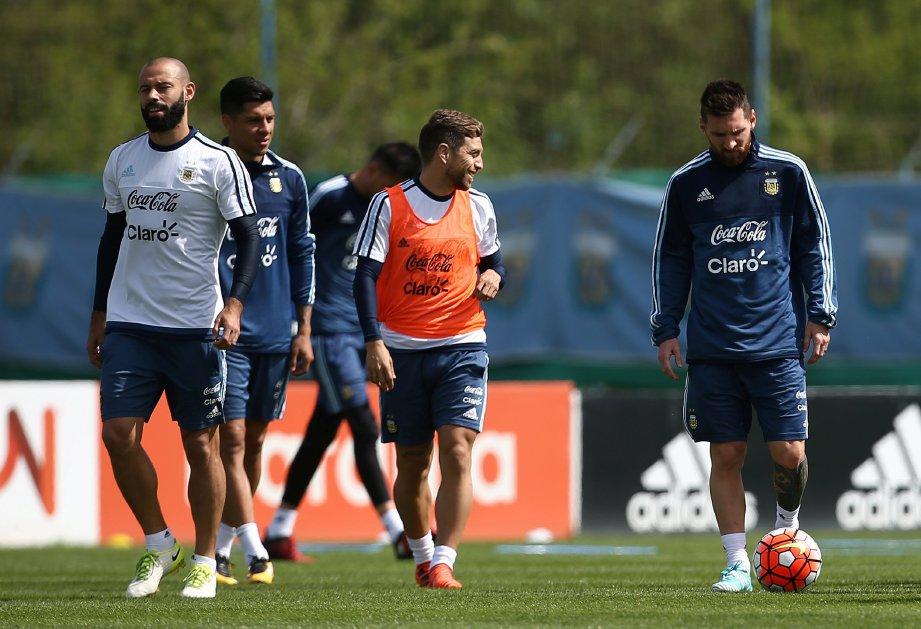 MESSI (kanan) perlu memastikan Argentina menang ketika menentang Ecuador. FOTO/REUTERS