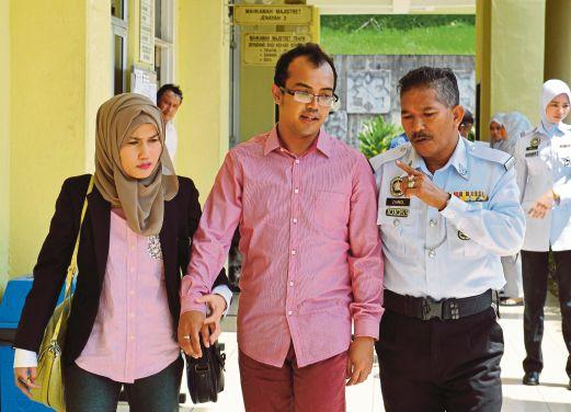 EZAD (tengah) bersama isterinya Nor Azeana Ramli, 37, di  Mahkamah Majistret Selayang, semalam.