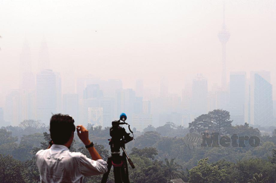 PEMANDANGAN Kuala Lumpur (kanan) yang diselubungi jerebu tebal di ibu kota, tengah hari semalam.