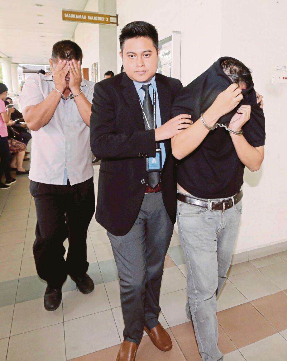Anggota SPRM mengiringi  dua lelaki termasuk seorang bergelar Datuk keluar dari pekarangan Mahkamah Majistret Alor Setar selepas mendapat perintah tahanan reman.