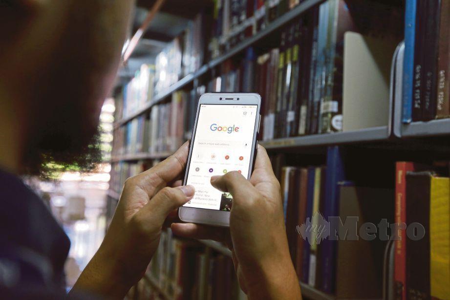 KECANGGIHAN telefon pintar mudahkan kegiatan buli siber dalam kalangan pengguna media sosial.