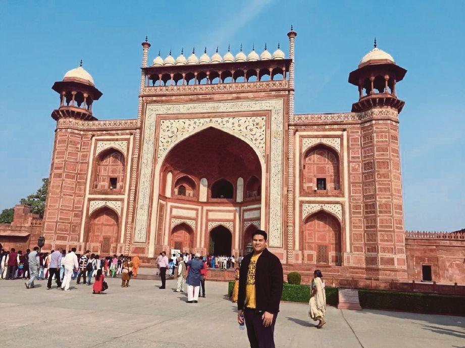 DR Nurkhamimi ketika berada di pintu gerbang utama menuju Taj Mahal yang digelar Darwaza.