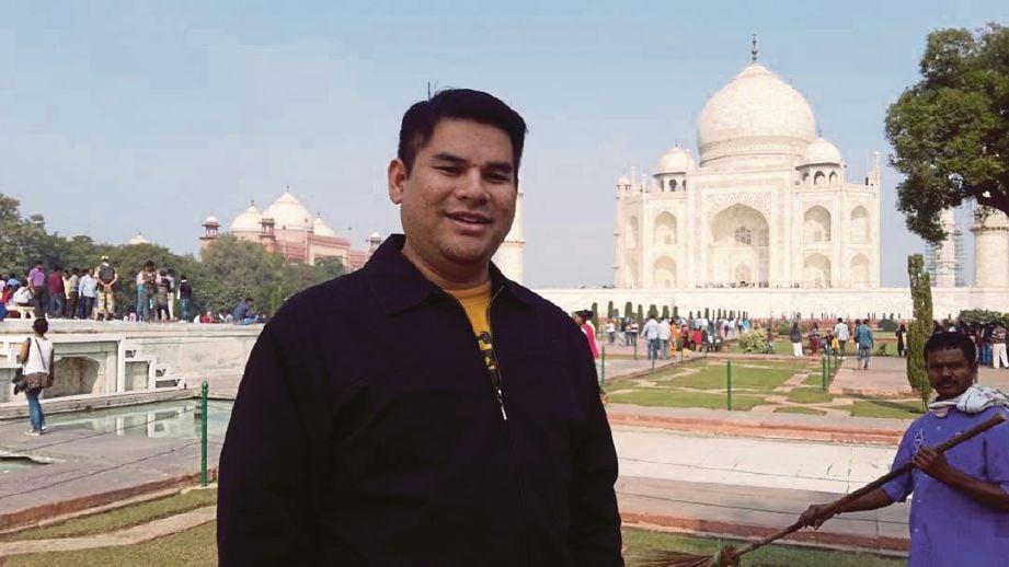 DR Nurkhamimi bergambar berlatarbelakangkan Taj Mahal yang menjadi satu daripada tujuh benda ajaib di dunia.